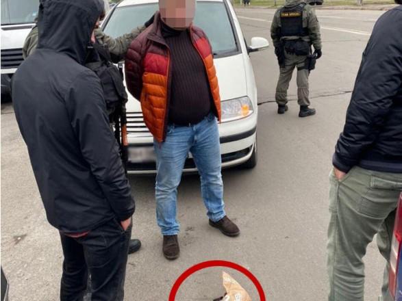 У Києві затримали двох чоловіків, які вимагали у підприємця 700 тис. грн