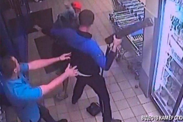 У Запоріжжі хлопець заступився за дівчину і отримав битою по голові