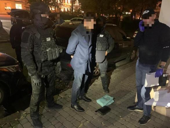 Одного з керівників ДФС України затримали під час отримання хабара в розмірі 100 тис. доларів